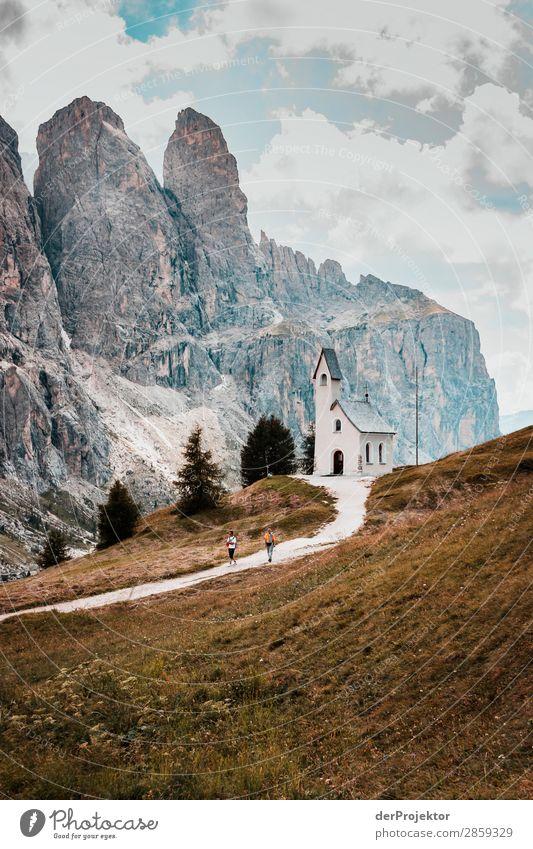 Wolken und Schatten in den Dolomiten mit Kirche III Zentralperspektive Starke Tiefenschärfe Sonnenstrahlen Sonnenlicht Lichterscheinung Silhouette Kontrast Tag