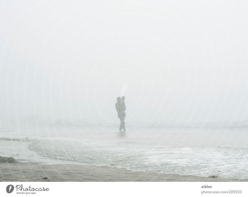 Mensch Kind Mann Meer Freude Strand Wolken Erwachsene Küste lustig träumen Schwimmen & Baden natürlich Körper Regen Wellen