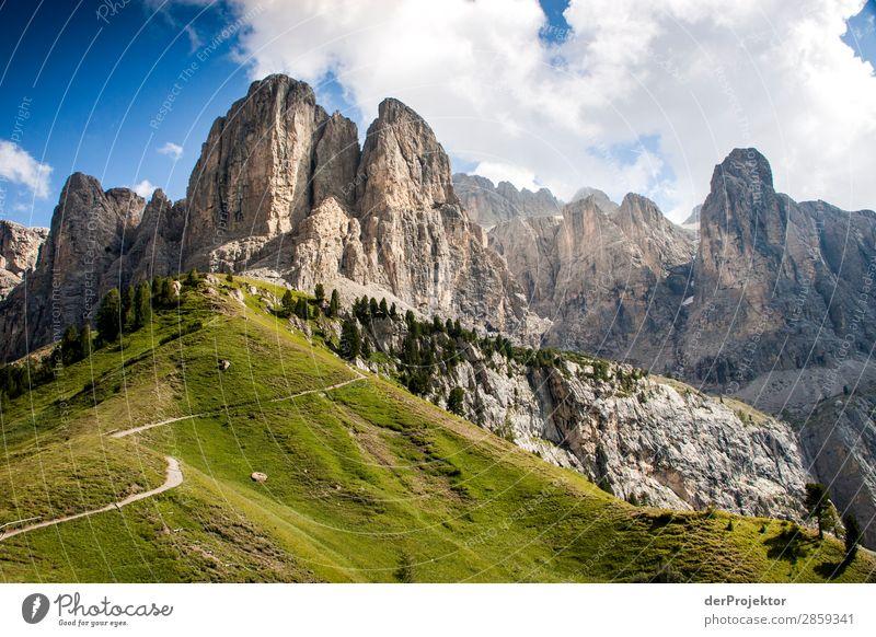 Wolken und Schatten in den Dolomiten mit Weg Zentralperspektive Starke Tiefenschärfe Sonnenstrahlen Sonnenlicht Lichterscheinung Silhouette Kontrast Tag