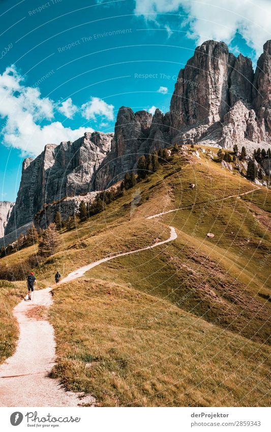 Wolken und Schatten in den Dolomiten mit Weg im Hochformat Zentralperspektive Starke Tiefenschärfe Sonnenstrahlen Sonnenlicht Lichterscheinung Silhouette