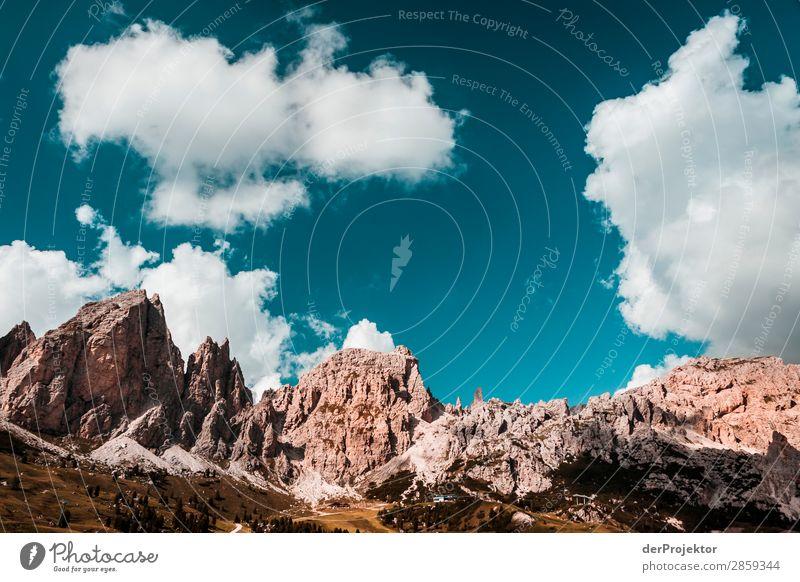Wolken und Schatten in den Dolomiten V Zentralperspektive Starke Tiefenschärfe Sonnenstrahlen Sonnenlicht Lichterscheinung Silhouette Kontrast Tag