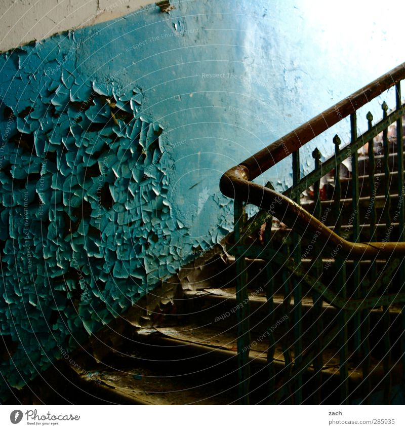 the times they are a changin blau alt Haus Wand Architektur Mauer Gebäude Fassade Treppe Häusliches Leben kaputt Vergänglichkeit Verfall Ruine Zerstörung