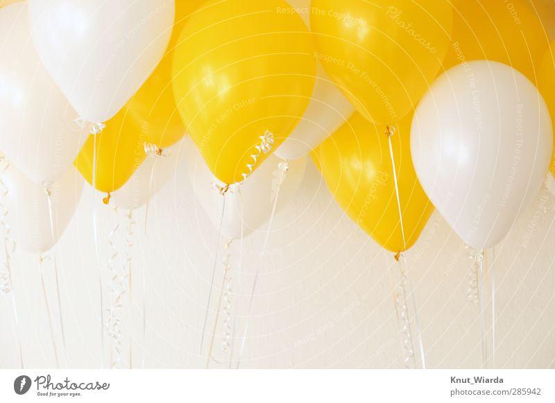 Luftballons - baloons Feste & Feiern Geburtstag hell viele gelb weiß Freude Farbe Zusammenhalt mehrfarbig Schweben Schnur Party zweifarbig Farbfoto