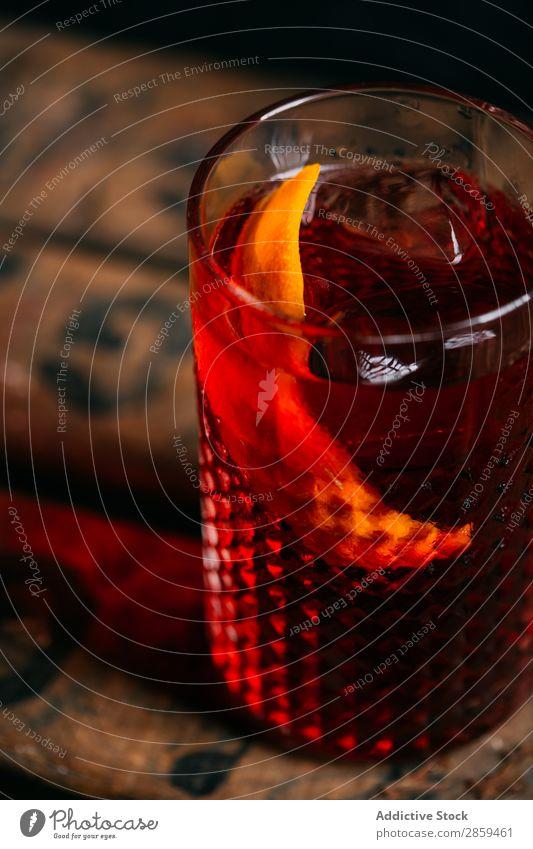 Negroni-Cocktail (altmodisch) Alkohol Hintergrundbild Barmann Barkeeper Getränk campari kalt trinken Lebensmittel Garnierung Gin Glas Eis Mixologe Mixologie