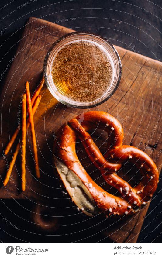 Ein Glas Bier mit einer Vorspeise wie Brezeln. Alkohol Bar Getränk Flasche Brauerei kalt Coolness Schaum Lebensmittel gold Oktoberfest Pub rustikal Salz Snack