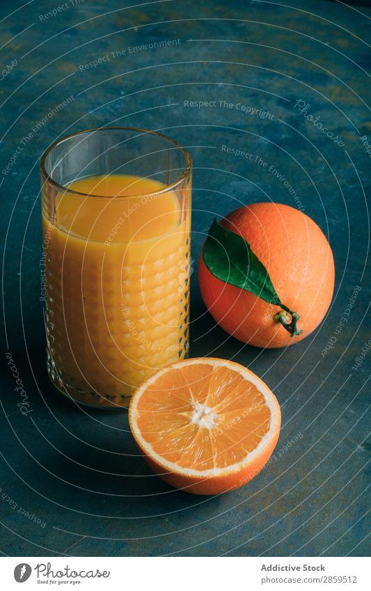 Frische Orangen und Glas mit Orangensaft Getränk Biografie Frühstück lecker trinken frisch Frucht Gesundheit Saft Messer Morgen organisch roh Tisch