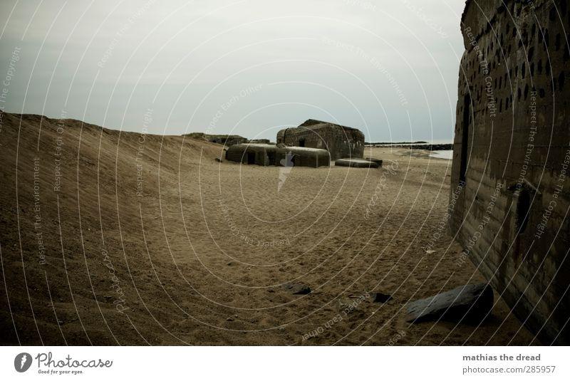 BUNKER Himmel Wolken Horizont schlechtes Wetter Regen Strand Menschenleer Ruine Bauwerk Gebäude Architektur Aggression alt bedrohlich dunkel eckig historisch