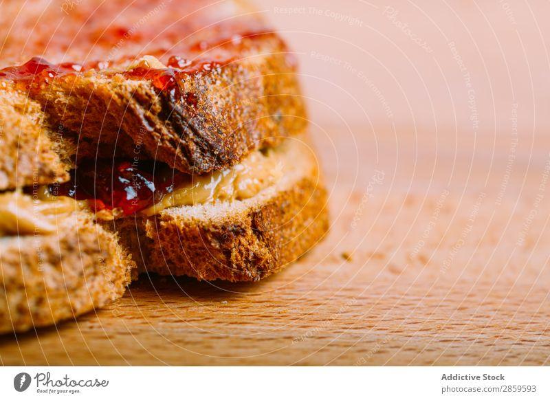 Zubereitung eines Erdnussbutter- und Geleesandwichs Amerikaner Brot cremig Lebensmittel Gesundheit Marmelade Götterspeise Erdnüsse Belegtes Brot Erdbeeren