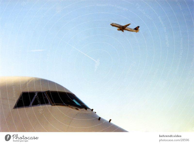 Airport FRA Flugzeug Cockpit Beginn Luftverkehr Passagierflugzeug Himmel Flugzeugstart Vor hellem Hintergrund Freisteller Abheben Textfreiraum Außenaufnahme