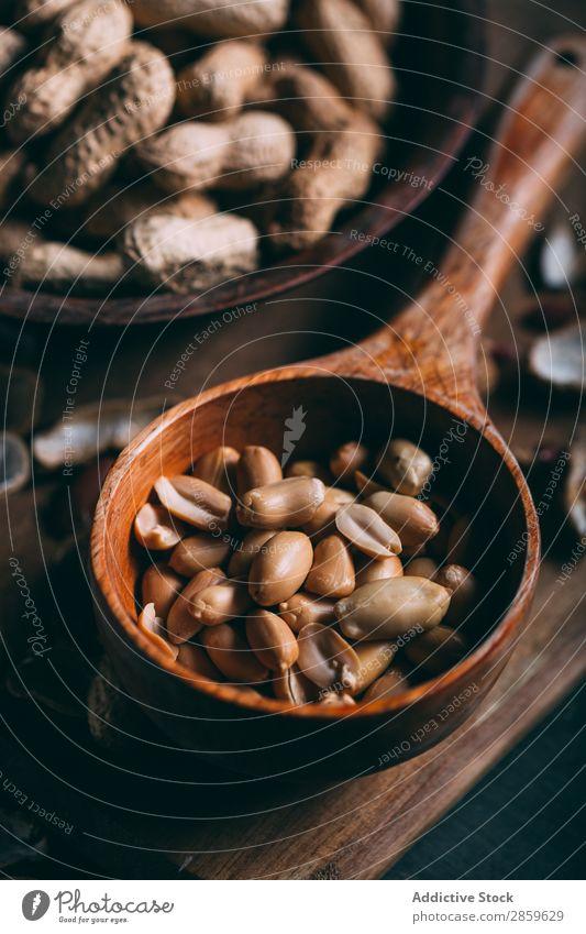 Erdnüsse in Holzschneidebrett auf dunklem Hintergrund Landwirtschaft Sortiment Hintergrundbild Schneidebrett regenarm Lebensmittel frisch Frucht Gesundheit