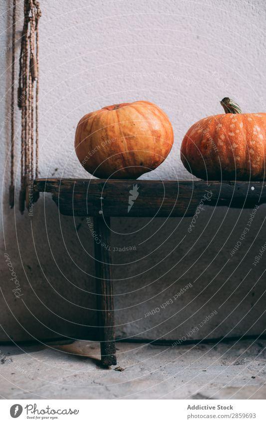 Kickern in rustikaler Holzsiedlung Herbst Feste & Feiern Textfreiraum Dekoration & Verzierung Lebensmittel Frucht Halloween Ernte Oktober Orange Kürbis Angst