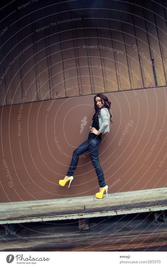 Y1 feminin Junge Frau Jugendliche Mensch 18-30 Jahre Erwachsene Damenschuhe schön dünn Erotik Model Farbfoto Außenaufnahme Hintergrund neutral Tag