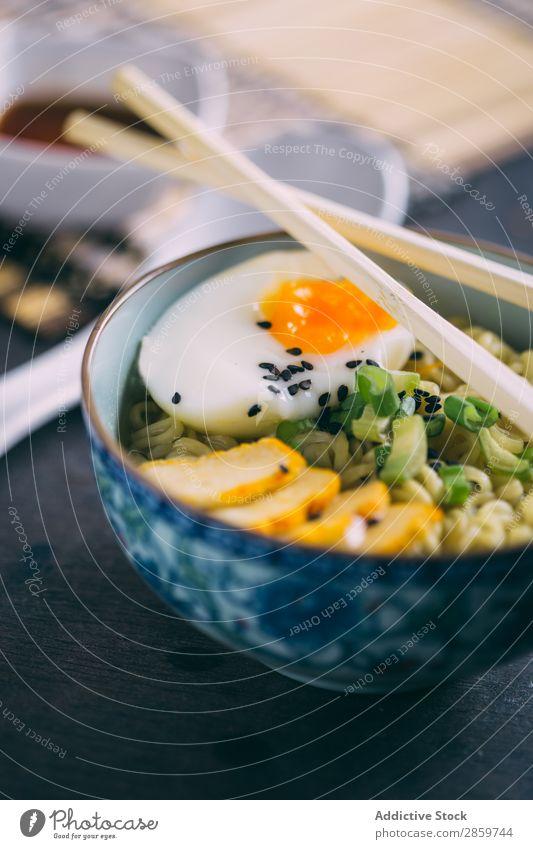 Ramen mit Nudeln, Ei und Schalotte asiatisch Schalen & Schüsseln Essstäbchen Speise Lebensmittel Gesundheit heiß Zutaten Japaner Fleisch Schweinefleisch Saucen