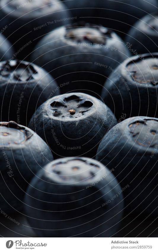 Makroaufnahme einer Heidelbeere Beeren schwarz blau Blaubeeren Nahaufnahme lecker Detailaufnahme Lebensmittel frisch Frucht Menschengruppe Gesundheit Marmor