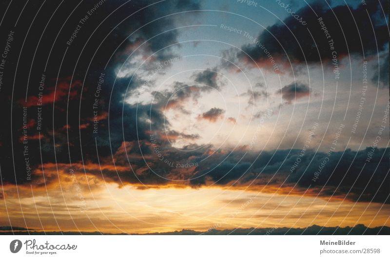 Wolkenstreifen1 Sonnenuntergang Hoffnung Stimmung beruhigend Denken Berge u. Gebirge