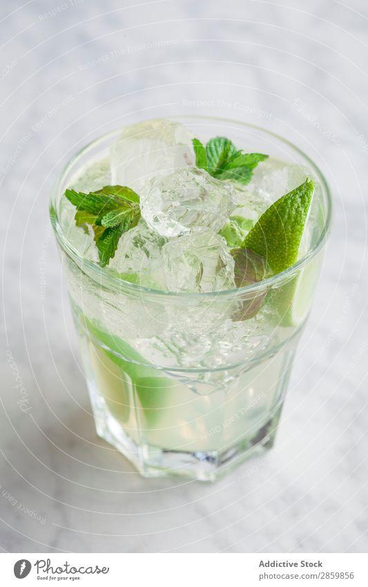 Glas Mojito mit Rum, Limette und Minze Alkohol Barmann Barkeeper Getränk Cocktail kalt trinken frisch Garnierung Gin Eis Saft Zitrone Limone Mixologe Mixologie