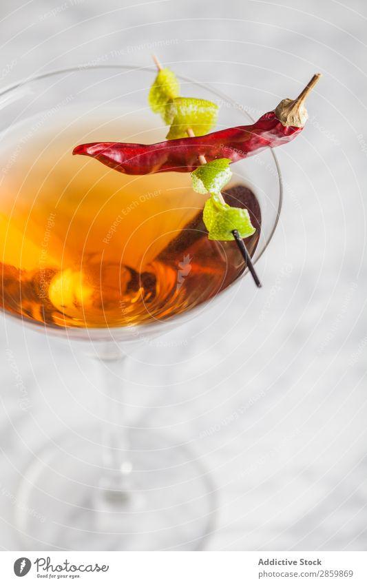 Heißer, würziger Cocktail im Martini-Glas Alkohol Barmann Barkeeper Getränk Bourbon trinken Lebensmittel frisch Garnierung Gin heiß Eis Marmor Mixologe
