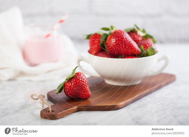 Frische Erdbeeren und Erdbeeren Milchshake trinken Lebensmittel frisch Frucht Gesundheit saftig organisch rot Trinkhalm Tisch geschmackvoll altehrwürdig Holz