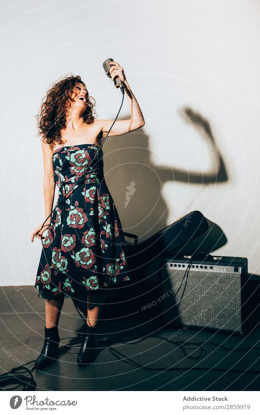 Porträt einer jungen Frau, die singt. akustisch alternativ Verstärker Künstler Band Bass Konzert Elektrogitarre Entertainment Gitarre Gitarrenspieler