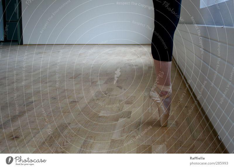on top Tanzen Junge Frau Jugendliche Beine Fuß 1 Mensch 18-30 Jahre Erwachsene Mauer Wand Heizung Parkett Bodenbelag Leggings Ballettschuhe stehen elegant