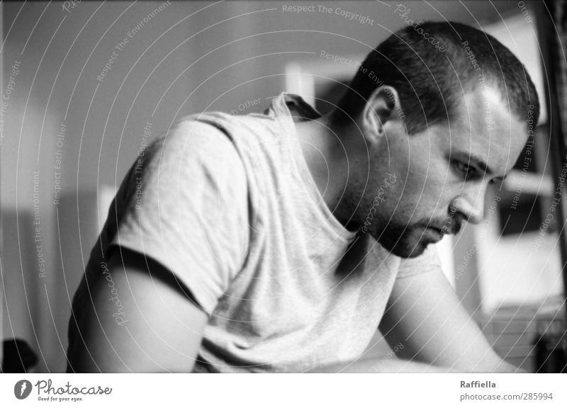 R. maskulin Junger Mann Jugendliche Kopf Gesicht Bart 1 Mensch 18-30 Jahre Erwachsene T-Shirt schwarzhaarig kurzhaarig beobachten Blick sitzen Konzentration