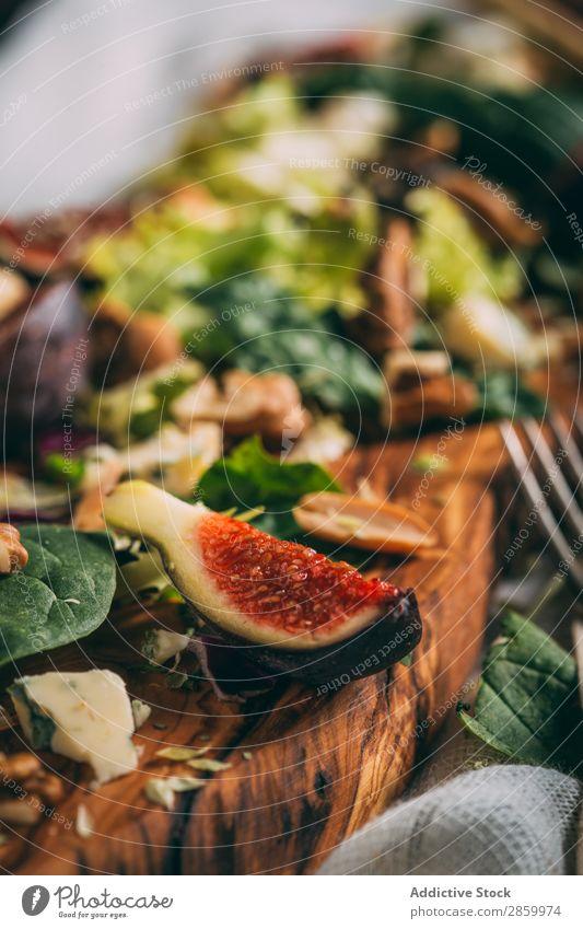 Gesunder Salat mit Salat, Feigen und Nüssen Vorspeise Käse lecker Diät Lebensmittel frisch Frucht Grissini Gesundheit Kopfsalat Mahlzeit Serviette natürlich
