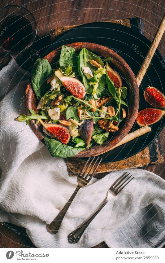 Gesunder Salat mit Salat, Feigen und Nüssen Vorspeise Schalen & Schüsseln Käse lecker Diät Lebensmittel frisch Vogelperspektive Frucht Grissini Gesundheit