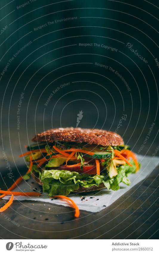Vegetarisches Sandwich mit Salat, Gurke, Karotten-Tomate und Avocado Biografie Brot Brötchen Burger Möhre lecker deluxe Diät Öko ökologisch Lebensmittel frisch