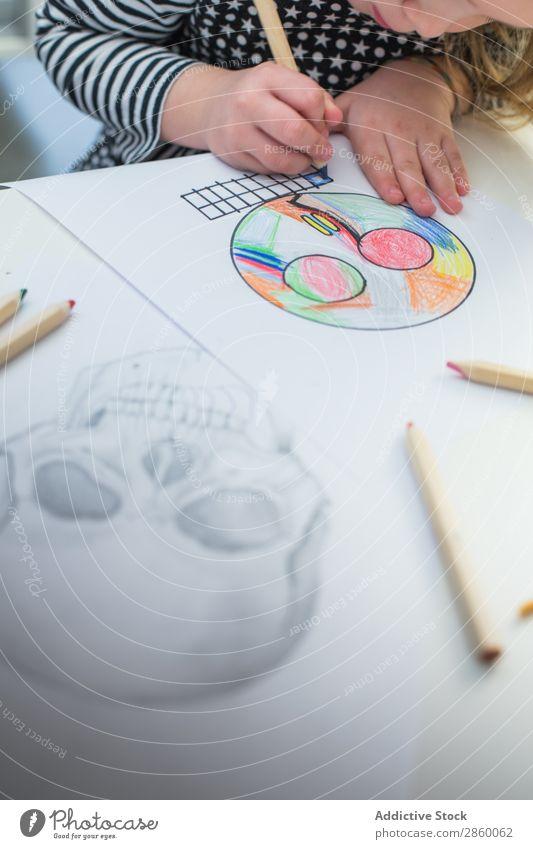 Mädchen, das eine einfache Skizze eines Schädels malt. Kunst Künstler Kohlenstoff Farbe mehrfarbig Kreativität zeichnen Zeichnung Hand Grafik u. Illustration