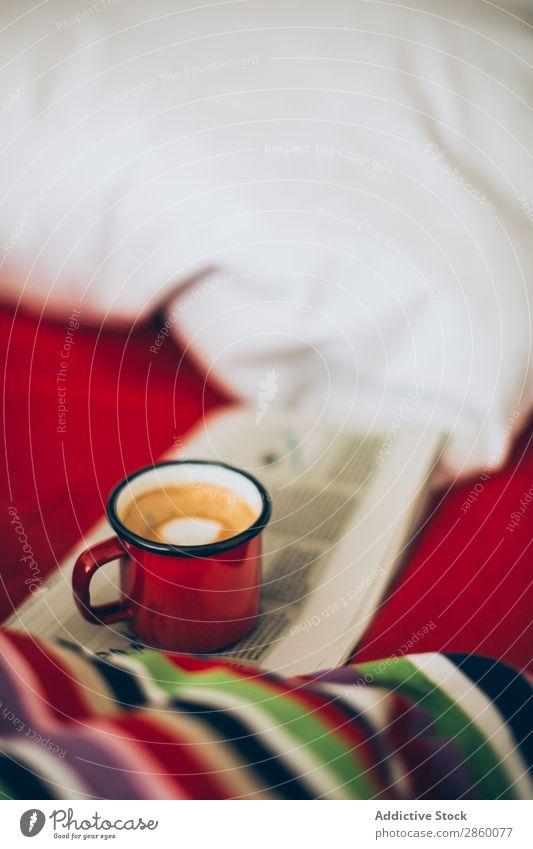 Espresso-Kaffee in Email-Tasse auf dem Bett aromatisch Bettwäsche Getränk Frühstück braun Koffein trinken Emailleschüssel Schaum Lebensmittel heiß Morgen Zucker