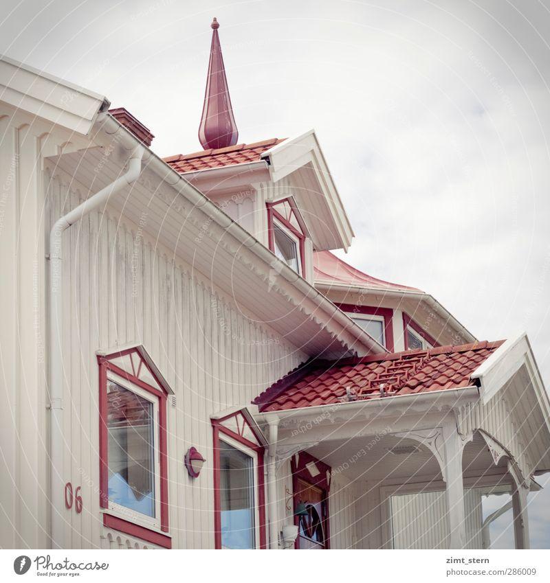 Traumhaus in rotweiß Ferien & Urlaub & Reisen schön Wolken Haus Fenster Architektur Holz Stil träumen Fassade Wohnung Tür Häusliches Leben ästhetisch