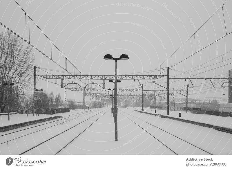 Eisenbahn in verschneiter Landschaft Antiquität kalt Frost gefroren industriell Außenaufnahme Bahnsteig