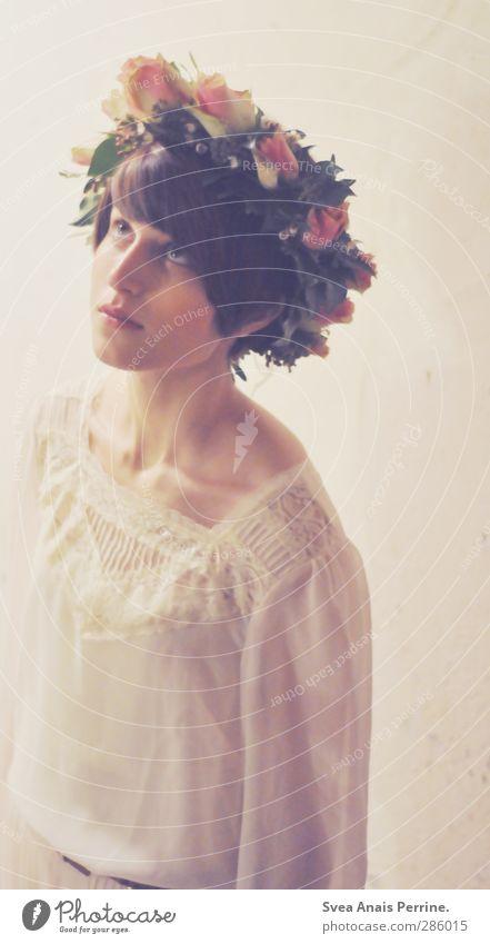 fordernd. feminin Junge Frau Jugendliche Körper Kopf Gesicht 1 Mensch 18-30 Jahre Erwachsene Mauer Wand Mode Bluse Accessoire Schmuck Kranz Blumenkranz