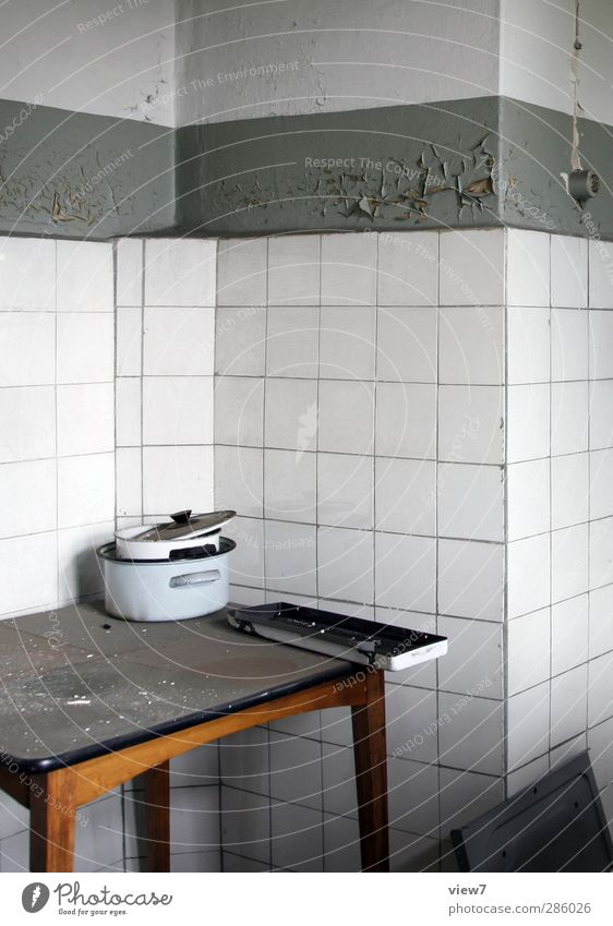 Pause _ Ende Part I Stadt Ferne grau Stein dreckig authentisch Tisch kaputt trist Wandel & Veränderung einfach Vergänglichkeit Umzug (Wohnungswechsel)