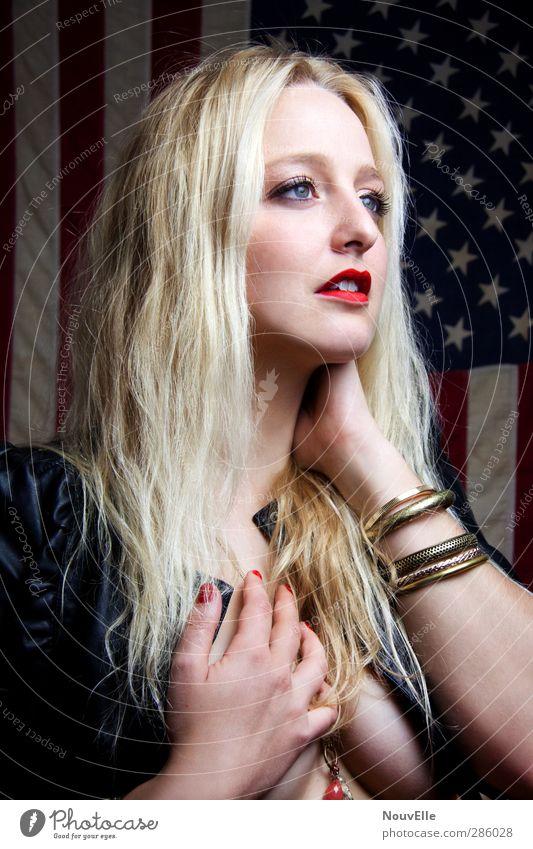 Erstaunliche Gnade. Stil schön Schminke Lippenstift Nagellack Mensch Junge Frau Jugendliche 1 18-30 Jahre Erwachsene Mode Jacke Leder Accessoire blond Gefühle