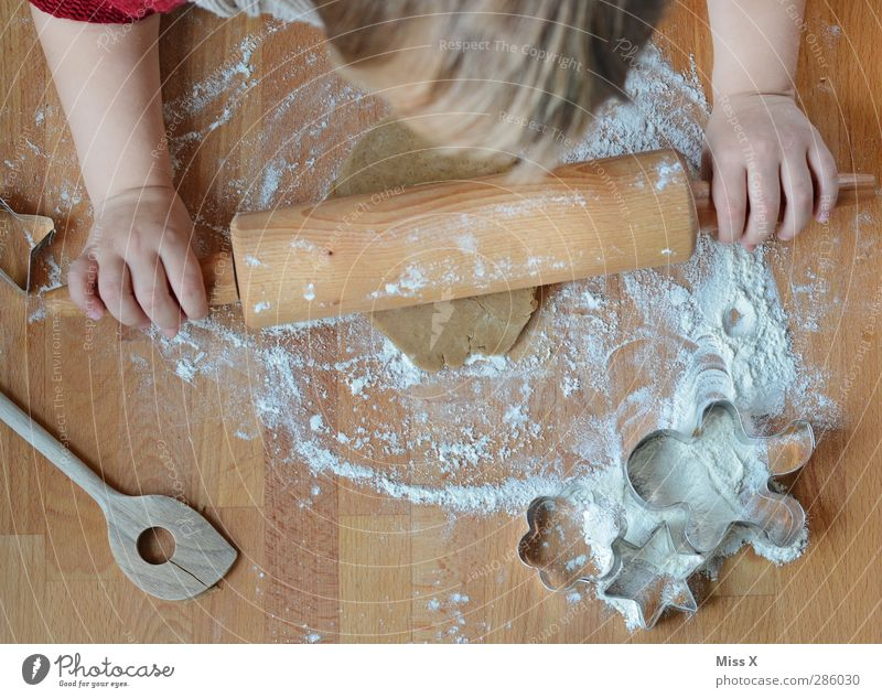 Weihnachtsbäckerei mit Diego Mensch Kind Weihnachten & Advent Hand Kopf Kindheit Lebensmittel Ernährung süß Kochen & Garen & Backen Kleinkind lecker Backwaren
