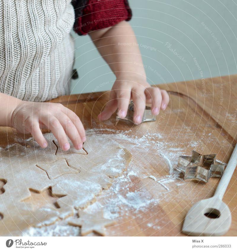 Weihnachtsbäckerei mit Diego II Mensch Kind Weihnachten & Advent Hand Lebensmittel Kindheit Ernährung Kochen & Garen & Backen Finger süß Stern (Symbol) lecker