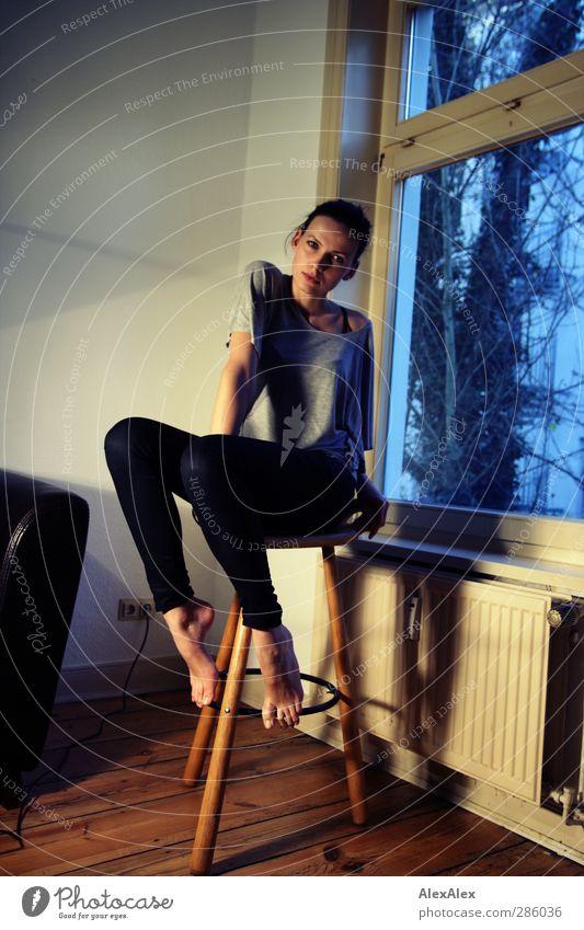 5 lange Beine Jugendliche blau schön Erwachsene Junge Frau Holz Stil 18-30 Jahre Fuß braun Körper Kraft glänzend Glas sitzen