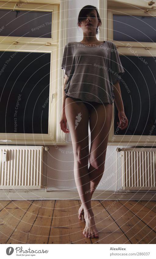 ... du bist aber groß geworden :-) Junge Frau Jugendliche Beine 18-30 Jahre Erwachsene T-Shirt Barfuß Holz Bewegung gehen Häusliches Leben ästhetisch sportlich