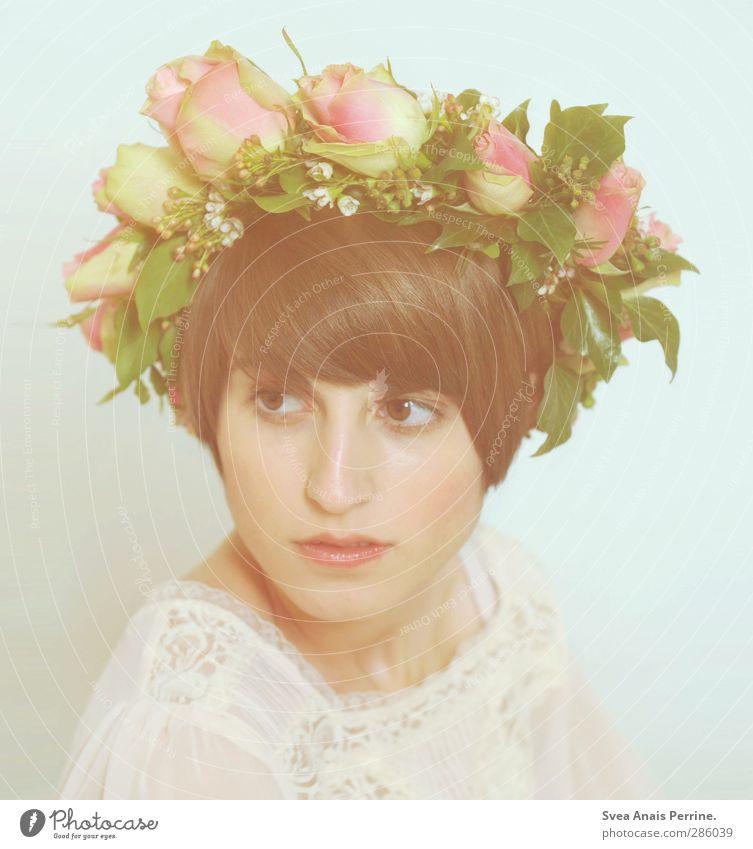 kranz. feminin Junge Frau Jugendliche Haut Kopf Haare & Frisuren Gesicht Mund Lippen 1 Mensch 18-30 Jahre Erwachsene Blume Sträucher Rose Blüte Grünpflanze Mode