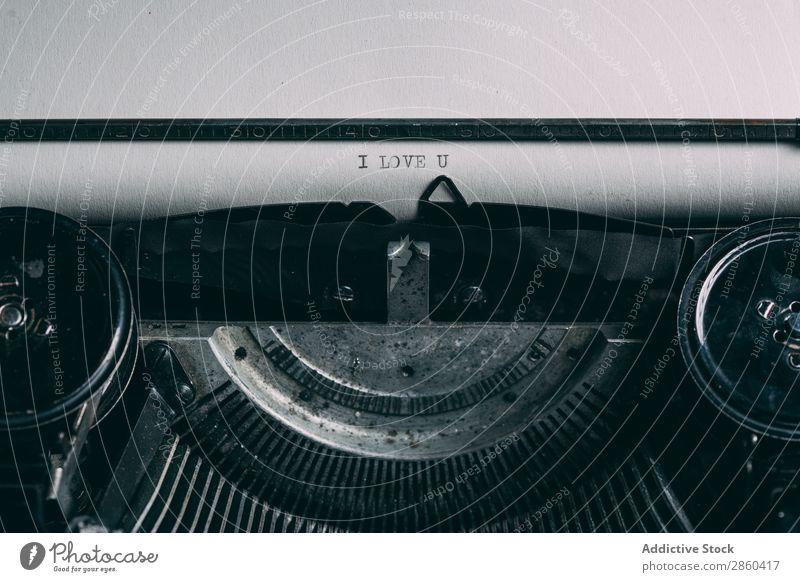 Nahaufnahme einer Retro-Schreibmaschine analog Antiquität Charakter klassisch Entwurf Kreativität Journalist Klaviatur Buchstaben Liebe Liebespaar Maschine