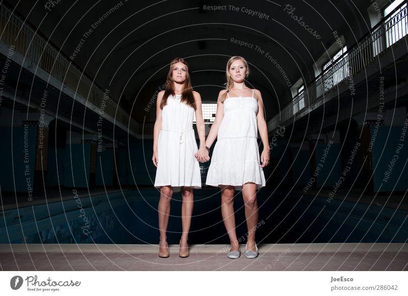 #232829 Mensch Frau schön Erwachsene Leben Stil Mode Freundschaft Zusammensein Kraft authentisch warten paarweise Abenteuer einzigartig Kleid