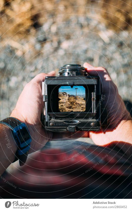 Landschaft durch den Sucher einer alten Kamera analog Fotokamera sammelbar Filmmaterial Hand Halt Linse Mittelformat altmodisch Außenaufnahme Fotografie