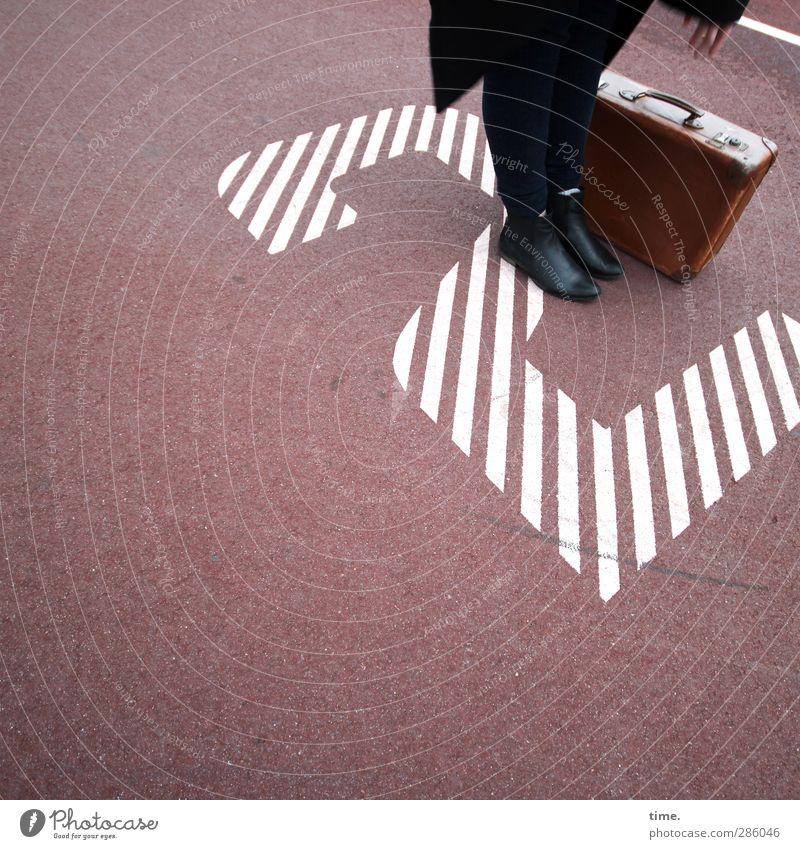 Treffpunkt 2 Mensch Beine Fuß 1 Asphalt Bekleidung Hose Mantel Schuhe Koffer Lederkoffer Sand Zeichen Schriftzeichen Ziffern & Zahlen Hinweisschild Warnschild