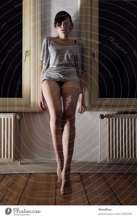 als Lieschen Mueller fast erwachsen war.... Sinnesorgane Junge Frau Jugendliche Körper Beine 18-30 Jahre Erwachsene Heizung Holzfußboden Fenster Bewegung