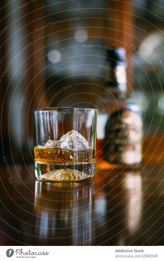 Glas Whiskey on the rocks (Whiskey auf Eis) Alkohol Amber Hintergrundbild Bar Barmann Barkeeper Getränk Flasche Bourbon Weinbrand Cognac Tag trinken gold