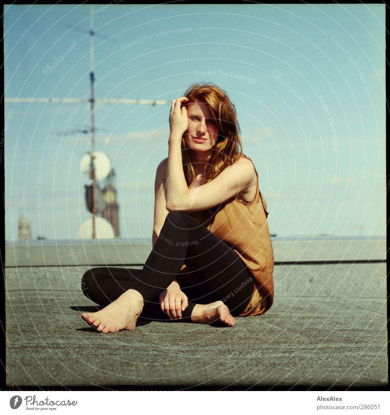 frau fuchs auf'm hochsitz Haare & Frisuren Junge Frau Jugendliche Körper Beine Fuß 18-30 Jahre Erwachsene Wolkenloser Himmel Stadt Mauer Wand Dach rothaarig