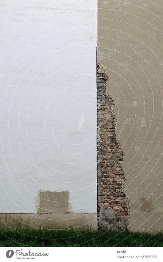 Flickwerk Stadt Haus Bauwerk Gebäude Hinterhof Mauer Wand Fassade Brandmauer Fuge Putzfassade Stein Beton Linie alt eckig kaputt neu trist grau grün weiß Armut