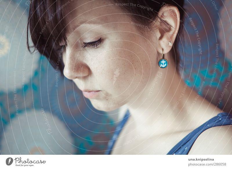 day after schön Gesicht Schminke Frau Erwachsene 1 Mensch 18-30 Jahre Jugendliche Ohrringe brünett Zopf Denken träumen Traurigkeit natürlich Gefühle Stimmung