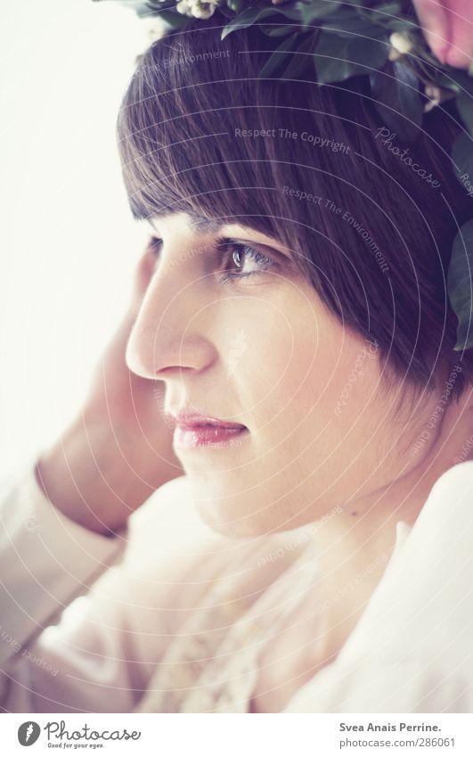 schönheit! feminin Kopf Haare & Frisuren Gesicht 1 Mensch 18-30 Jahre Jugendliche Erwachsene Blume Sträucher Blüte Grünpflanze Rose Mode Bluse Kranz Blumenkranz